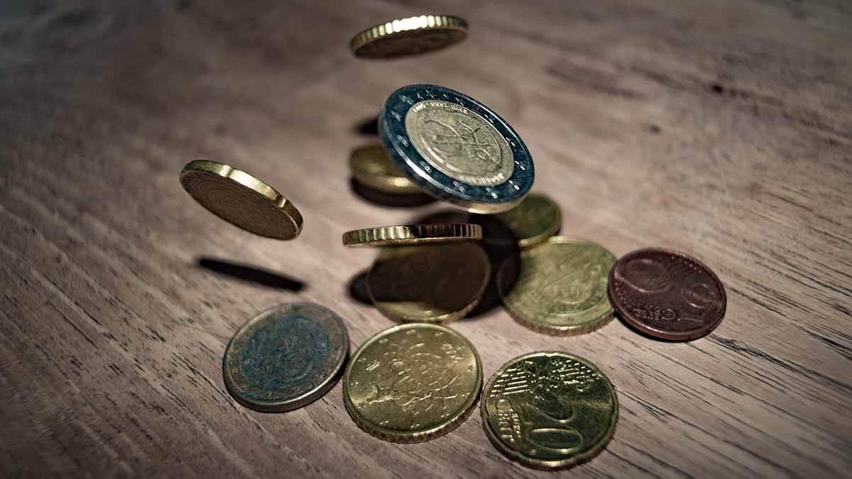 Münzen werden geworfen
